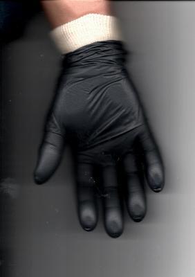 Gant nitrile noir mis sur un gant de coton
